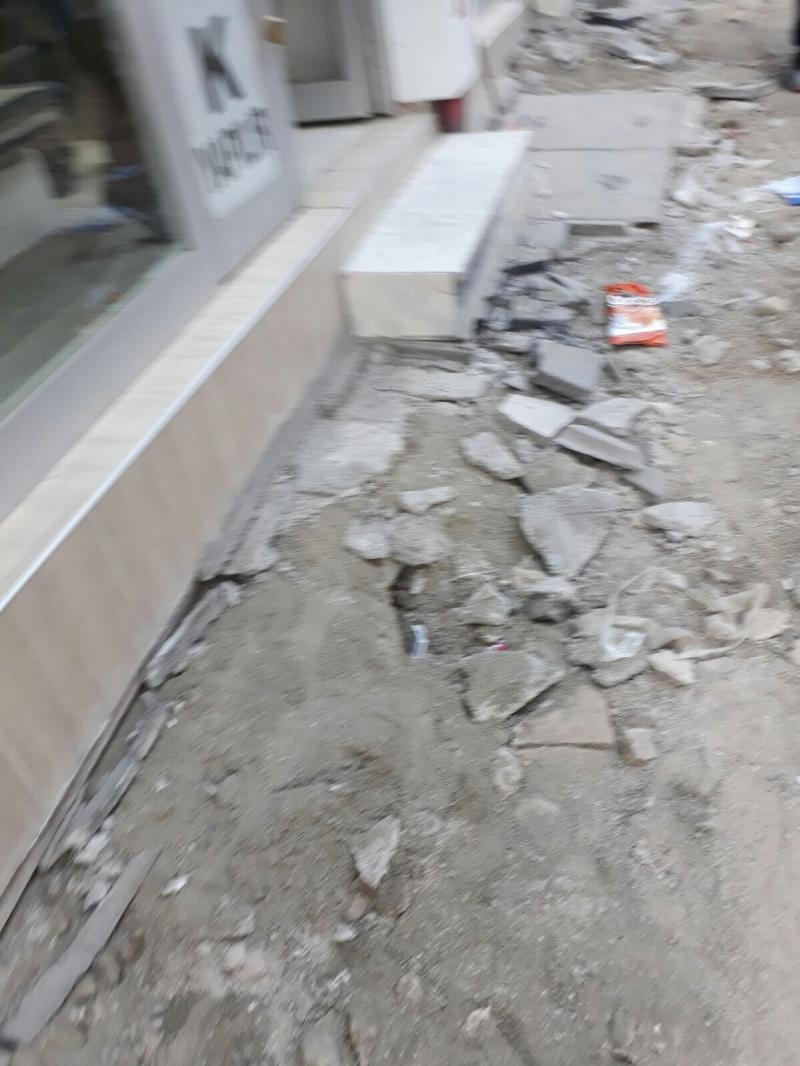 Bir yandan kur yükselirken diğer yandan belediyenin bu şekilde kaldırımları komple yıkması bizi ikinci darbe oldu.