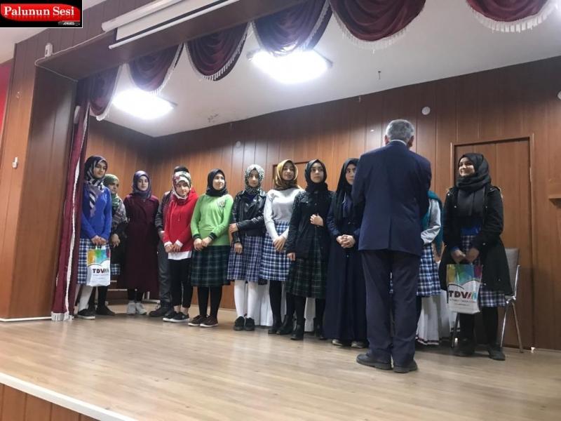 """Elazığ`ın Palu ilçesinde Mehmet Akif Ersoy`un """"Çanakkale Şehitlerine"""" adlı şiiri ezbere okuma yarışması yapıldı."""