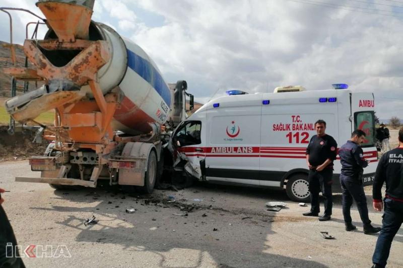 Ambulans ile beton mikseri çarpıştı: 5 yaralı