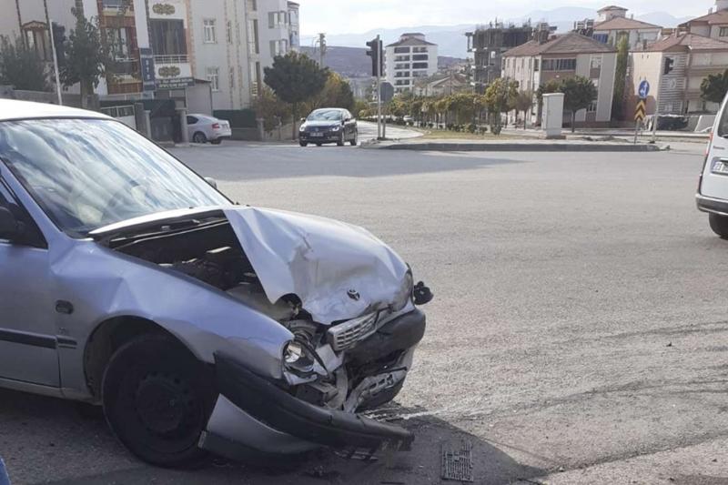 Elazığ'da 2 otomobilin çarpıştığı kazada 2 kişi yaralandı