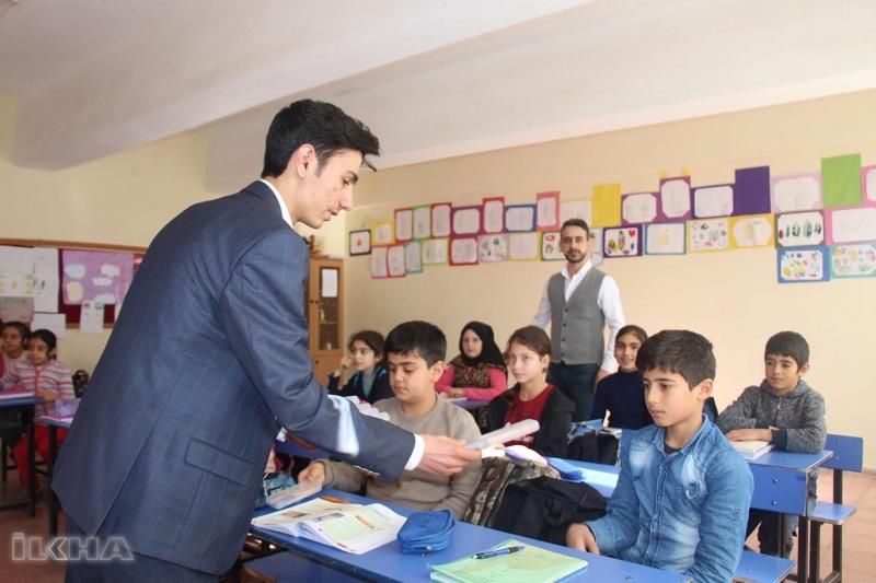 Elazığ`da Sınava giren adaylardan topladıkları kalemleri öğrencilere ulaştırdılar