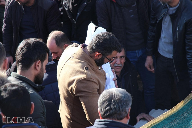 Elazığ'daki depremde hayatını kaybeden 2 küçük kardeş aynı tabuta konuldu