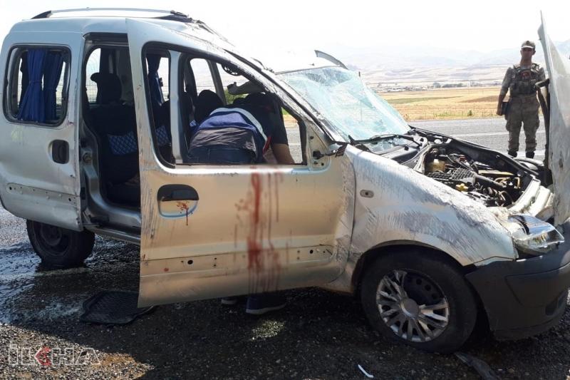 Hafif ticari araç takla attı: 5 yaralı