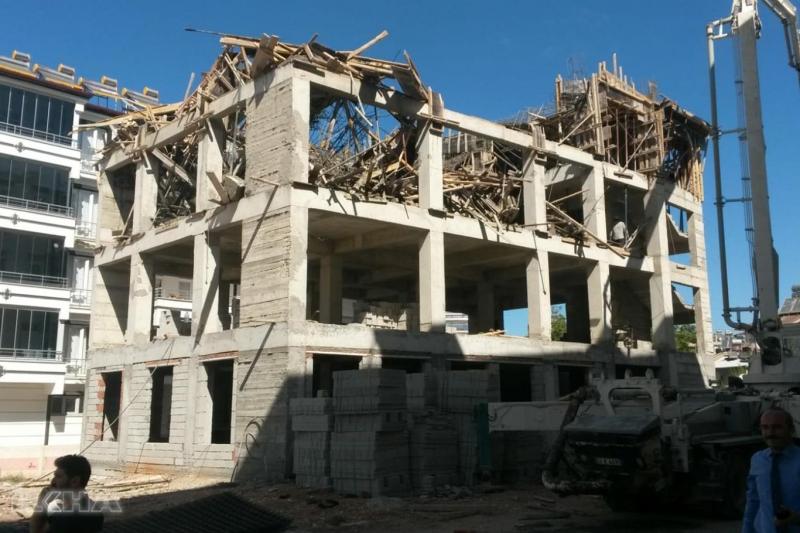 Karakoçan`da Beton dökümü esnasında inşaat çöktü: 2 yaralı