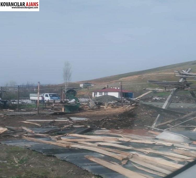 Kovancılar`da Fırtına Çatıları Uçurdu