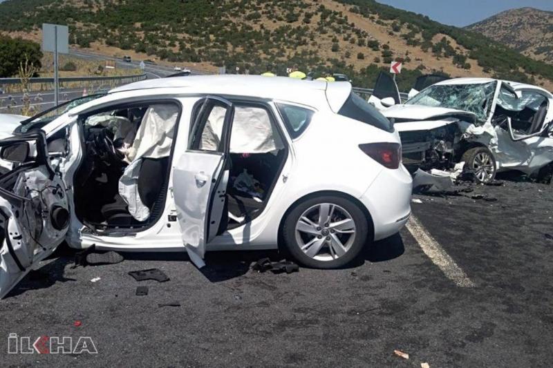 Otomobiller kafa kafaya çarpıştı: 2 ölü 5 yaralı