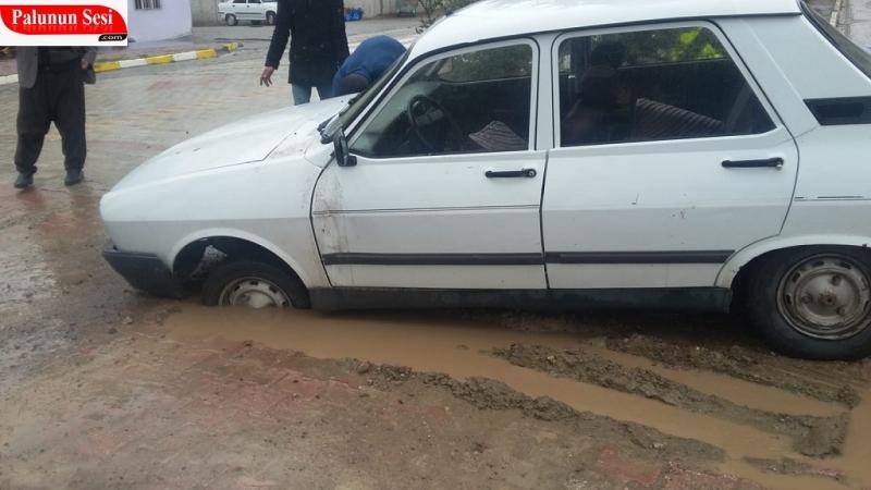 Palu`da Araba Doğalgaz Çukuruna Düşerek Kaza Yaptı