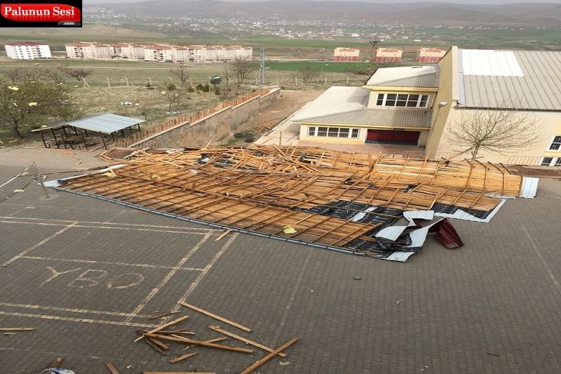 Palu`da Fırtına Çatıları Uçurdu
