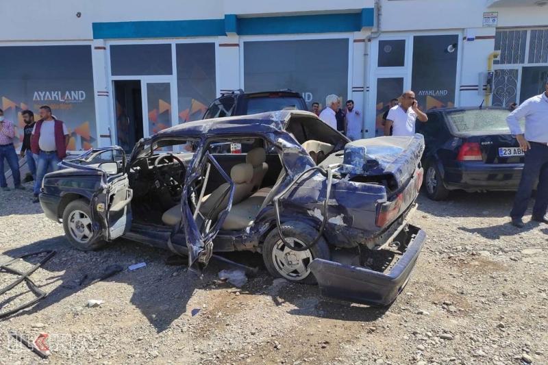 Palu`da Otomobil park halindeki kamyona arkadan çarptı: 2 yaralı