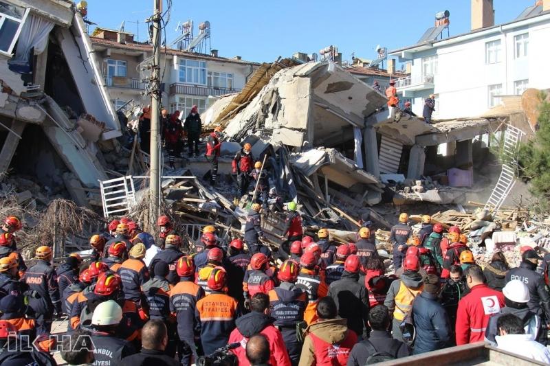 Sürsürü Mahallesi'nde enkaz altındaki 14 kişiye ulaşılmaya çalışılıyor