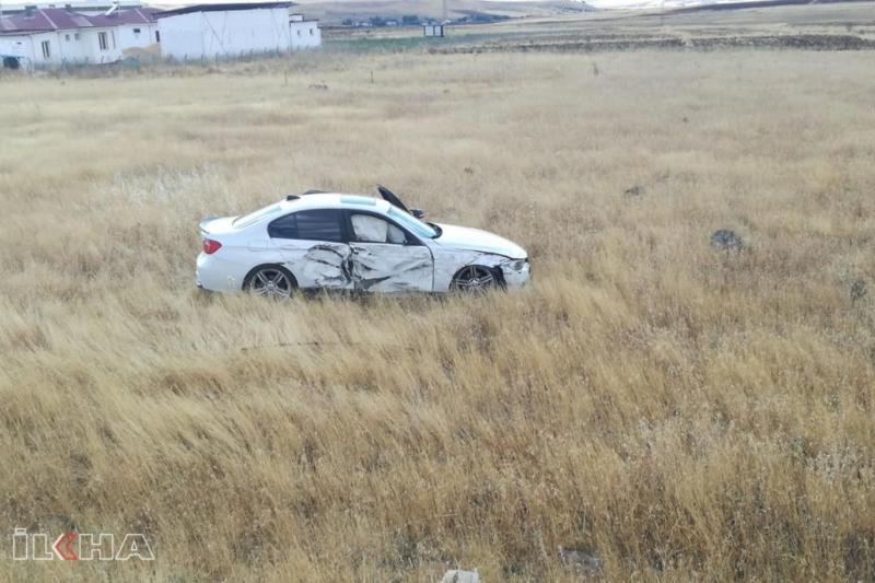 Traktörün çarptığı otomobil tarlaya girdi
