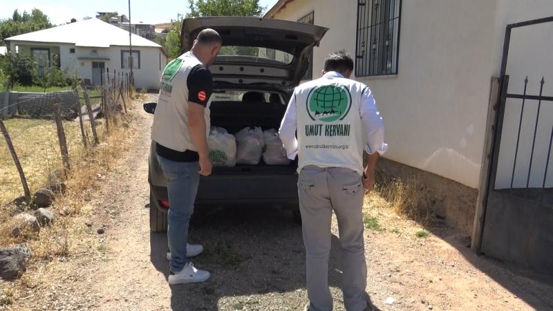 Umut Kervanı Karakoçan`da muhtaç ailelere yardım etti