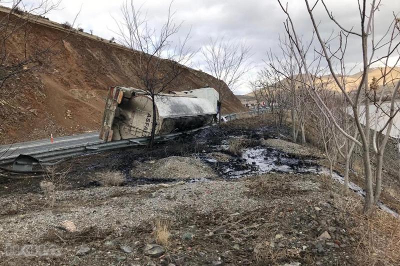 Zift yüklü tanker devrildi -VİDEO